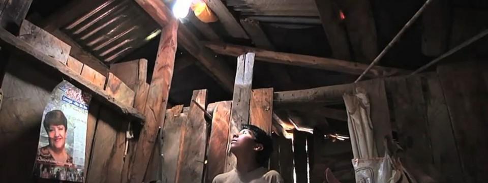 Sådan laver du en lampe kun med en plastic flaske, vand, klor og sol – lys til fattige i tredje verdens lande